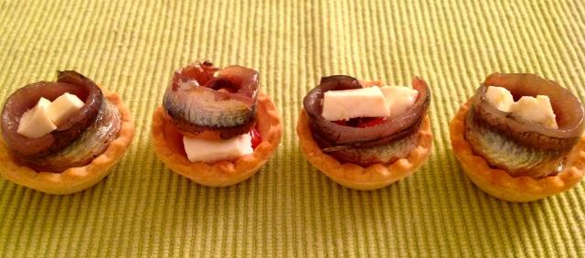 Tartaletas de anchoas, tomate y queso de cabra