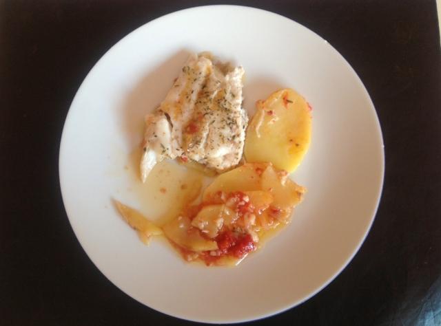 Pescadilla al horno con patatas, cebollas y tomate