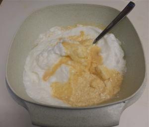 Mezclando la crema de turrón con las claras