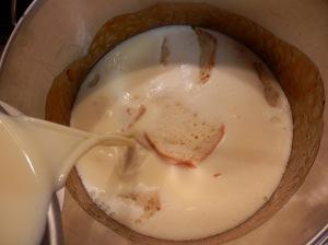 Añadir la mezcla de leche y huevos