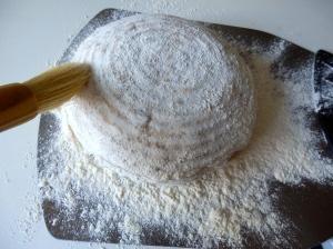 Volcando el pan en la pala o bandeja