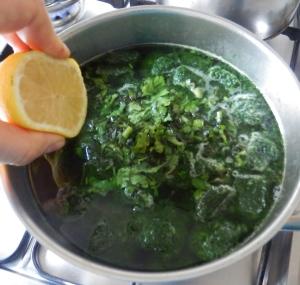 Añadiendo el jugo de limón