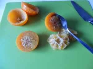 Vaciar las naranjas amargas y los limones