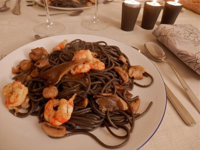 Espaguetis negros con setas y gambas
